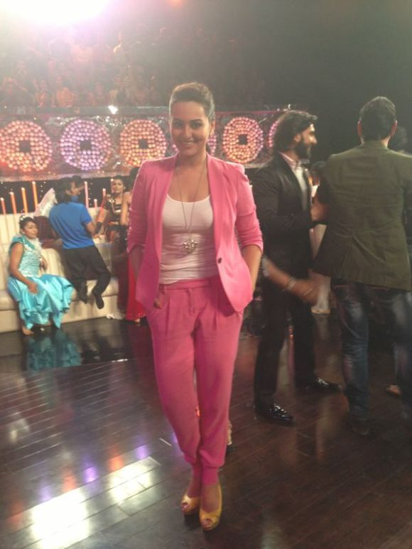 Sonakshi Sinha, lootera, pink suit, marc cain, bollywood, actress, fashion, S/s 13